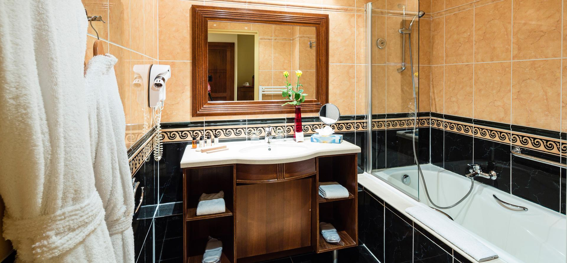 Bathroom with bath in a top-quality room at the Palmyra Golf hotel in Occitanie