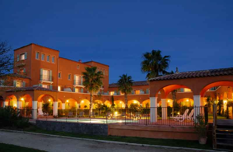 Exterior evening view of the Palmyra Golf hotel for your seminars in Cap d'Agde