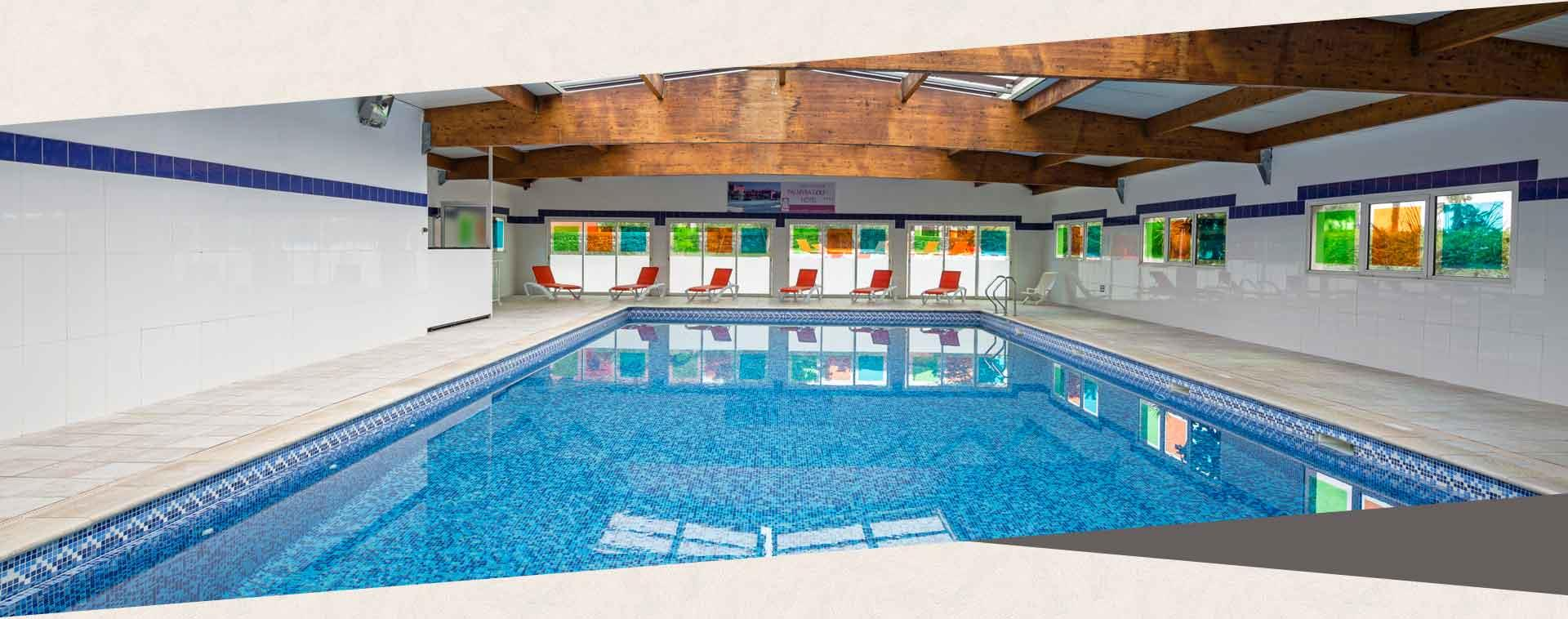 The indoor heated pool with solarium at the 4-star Palmyra Golf hotel in Cap d'Agde, Occitanie