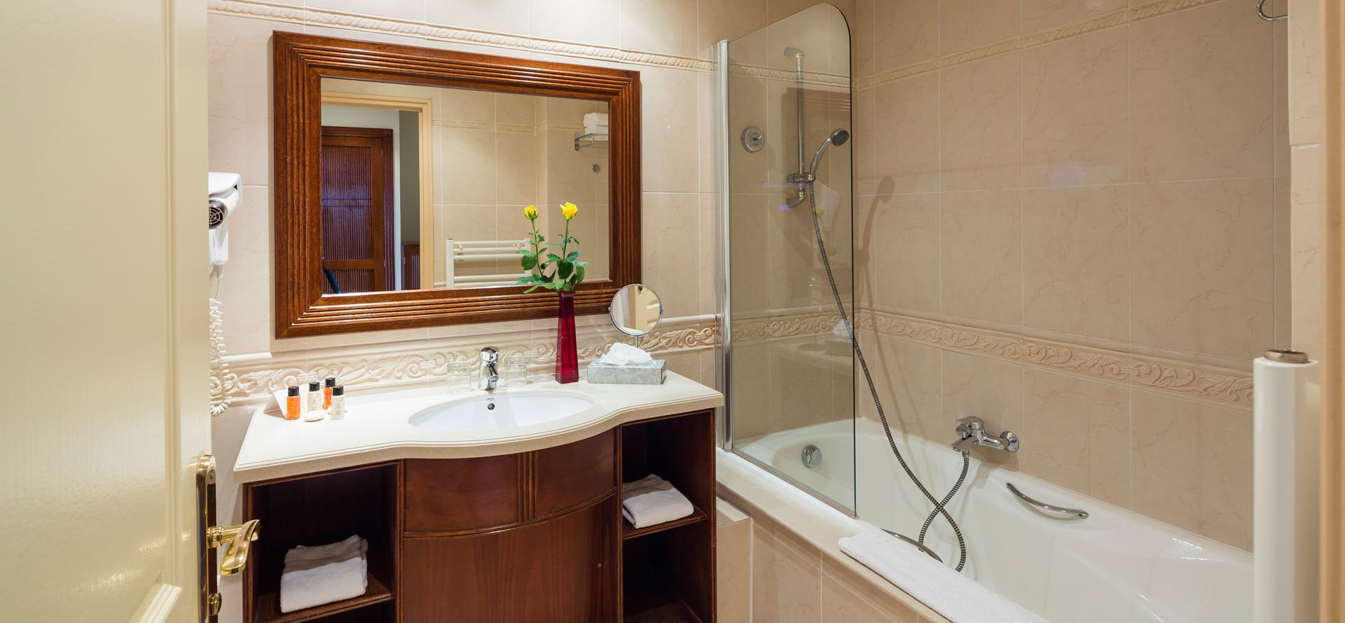 Bathroom with bath at the 4-star hotel in Occitanie, the Palmyra Golf