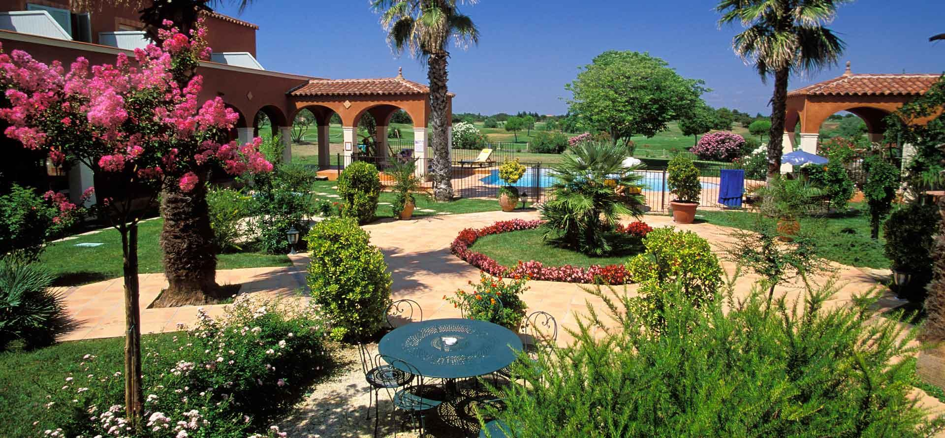 View over the garden at the Palmyra Golf hotel in Cap d'Agde specialised in organising your seminars and group stays.